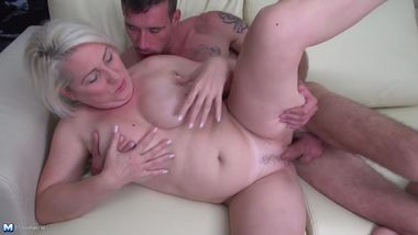 Amateur mature mom suck and fuck young cock