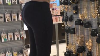 20yr old pawg stretching her leggings