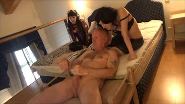 Ulf Larsen pee, flash, wank & orgasm in front of two young women...
